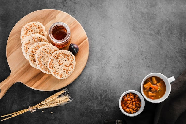 Vista superior coleção de panquecas de café da manhã ao lado de trigo e feijão