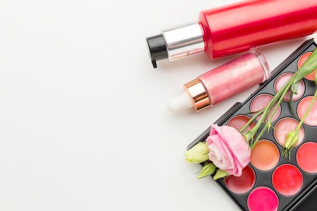 Vista superior coleção de produtos de beleza com espaço de cópia