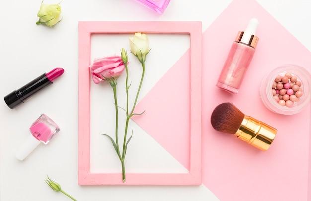 Vista superior coleção de produtos de beleza com moldura