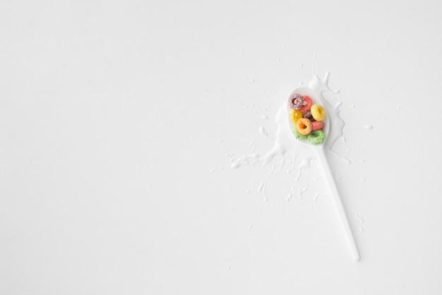 Vista superior colher de plástico com cereais