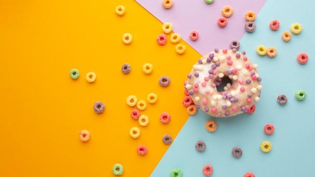 Vista superior colorido cereal e donut