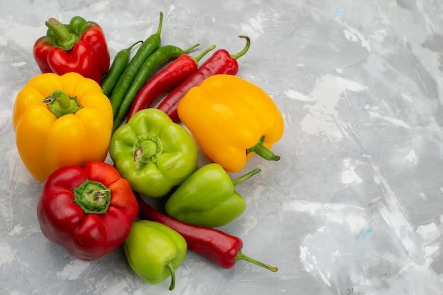 Vista superior coloridos pimentões com pimentas em cinza