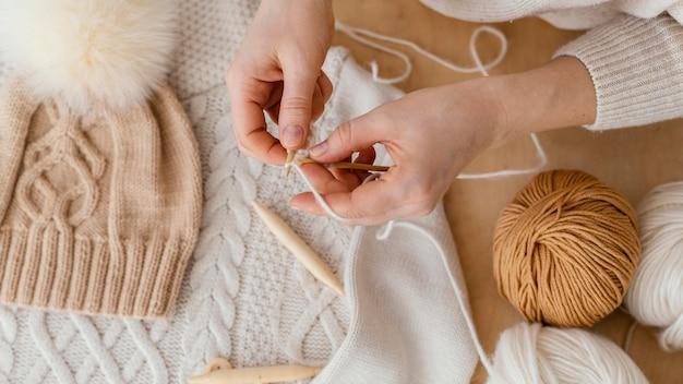 Vista superior com as mãos tricotando