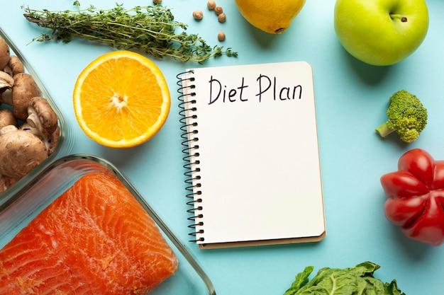 Vista superior com bloco de notas de planejamento de dieta