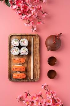 Vista superior com comida asiática e flores