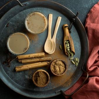 Vista superior com copos de chá na bandeja