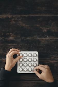 Vista superior com duas mãos, gire os botões com precisão no controle do mixer midi sem fio