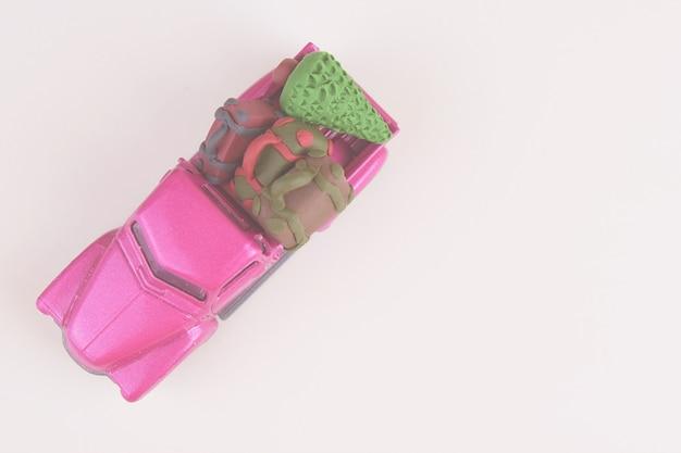 Vista superior com espaço de cópia do modelo de brinquedo de carro automóvel pickup roxa pequena com malas e natal.