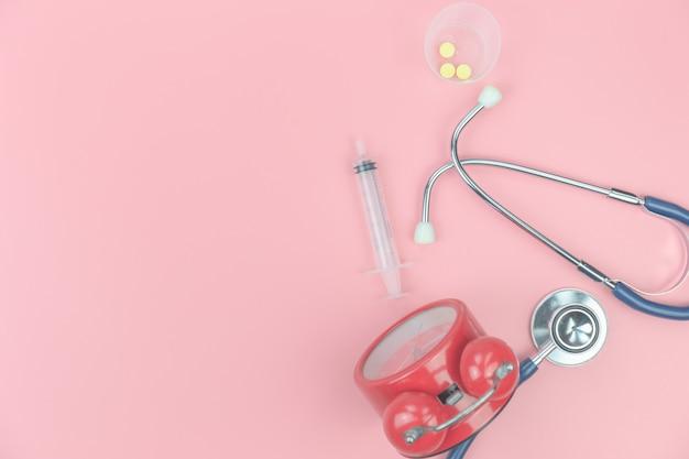 Vista superior com estetoscópio no fundo rosa, médico saudável