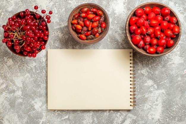 Vista superior com frutas vermelhas e frutas maduras em fundo branco