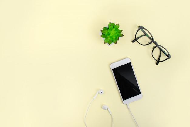 Vista superior com óculos e smartphone