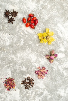 Vista superior com pó de flores secas, como no fundo branco, sabor de planta de flor de chá