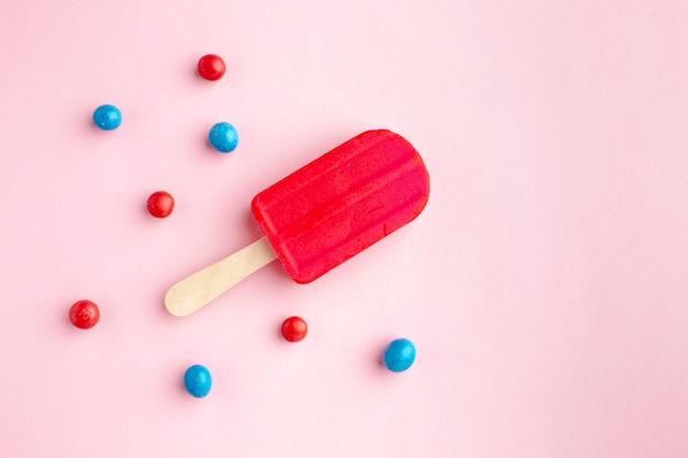 Vista superior com sabor de sorvete vermelho