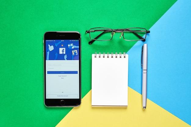 Vista superior com telefone inteligente e notebook