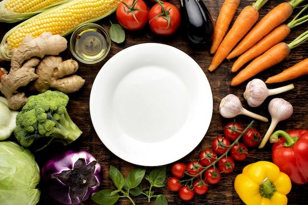 Vista superior com variedade de vegetais frescos