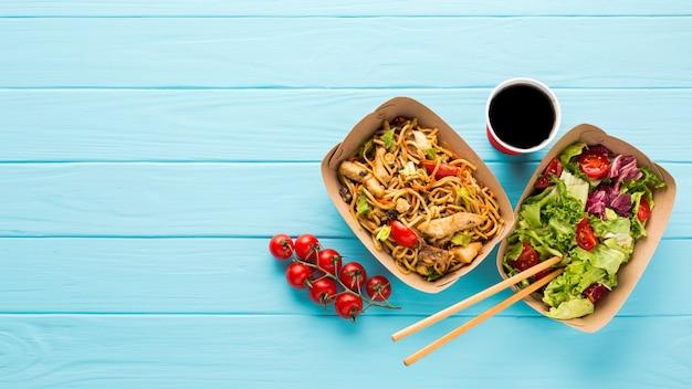 Vista superior comida chinesa com suco