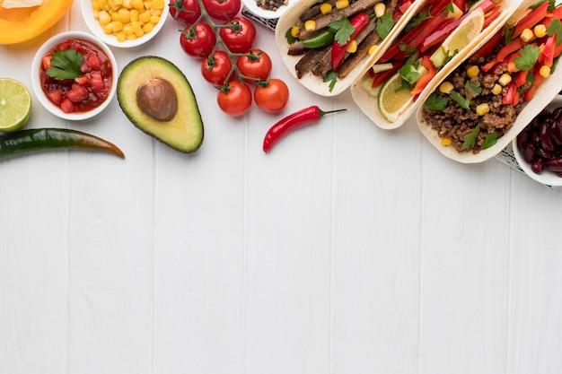 Vista superior comida mexicana fresca com espaço de cópia