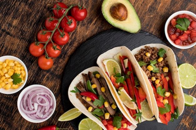 Vista superior comida mexicana fresca com mergulho
