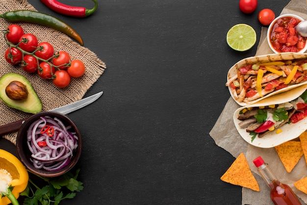 Vista superior comida mexicana fresca com nachos