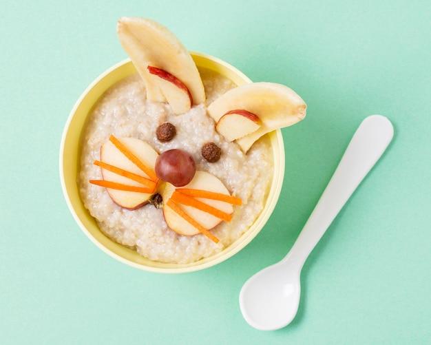 Vista superior comida para bebé com fatias de maçã