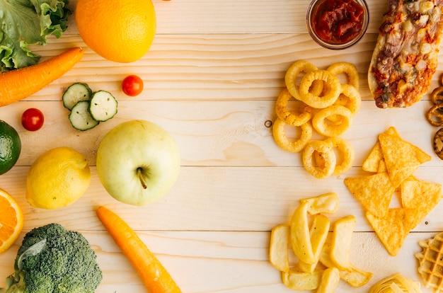Vista superior comida saudável vs alimentos pouco saudáveis