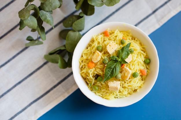 Vista superior comida tradicional indiana com arroz e frango