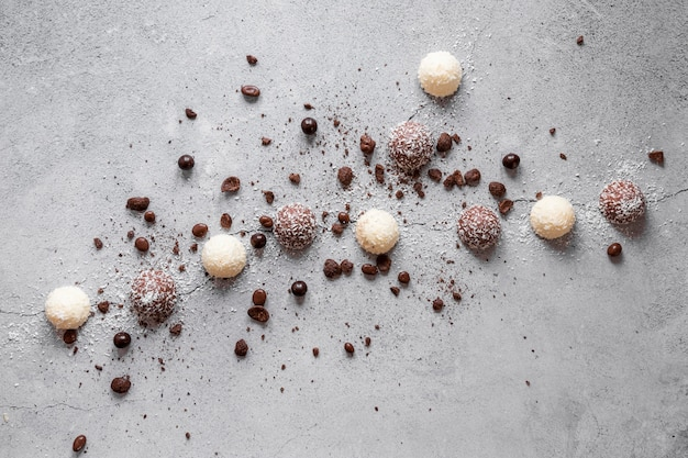 Vista superior composição criativa de deliciosos produtos de chocolate