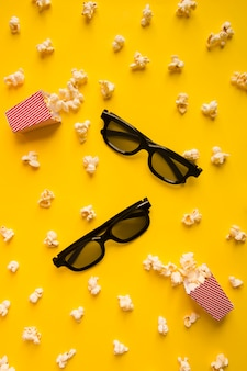 Vista superior composição de cinema em fundo amarelo