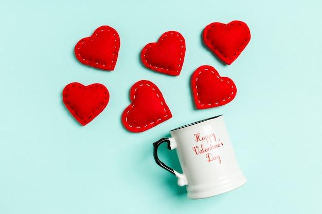 Vista superior composição de corações vermelhos caindo de um copo