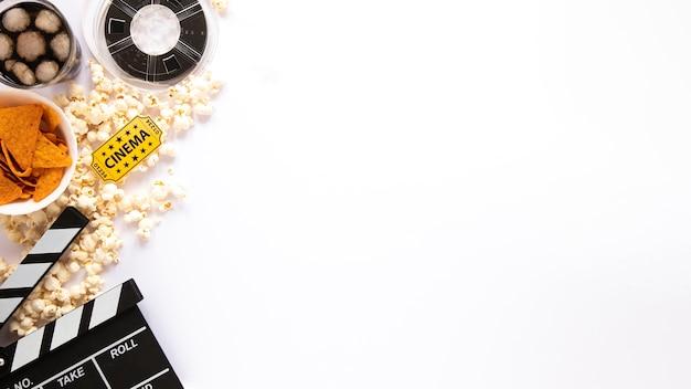 Vista superior composição de elementos de filme sobre fundo branco, com espaço de cópia