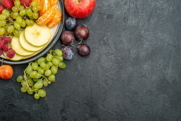 Vista superior composição de frutas diferentes frescas e maduras no fundo cinza frutas frescas maduras saúde maduras
