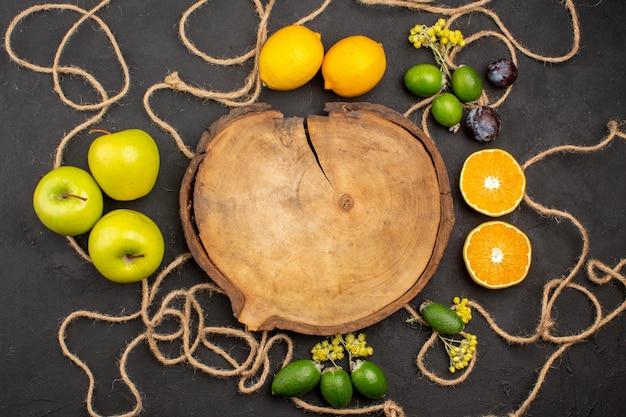 Vista superior composição de frutas diferentes frutas maduras e maduras em fundo escuro dieta frutas maduras frescas