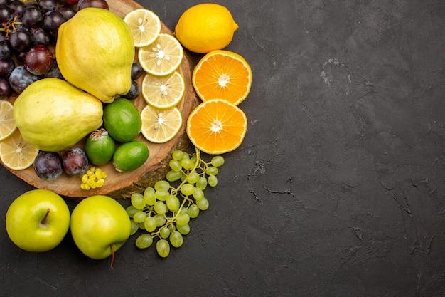 Vista superior composição de frutas frescas fatiadas e maduras em frutas escuras maduras frescas maduras saúde
