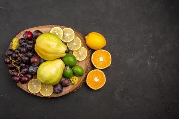 Vista superior composição de frutas frescas frutas maduras e maduras em frutas escuras vitaminas maduras frescas