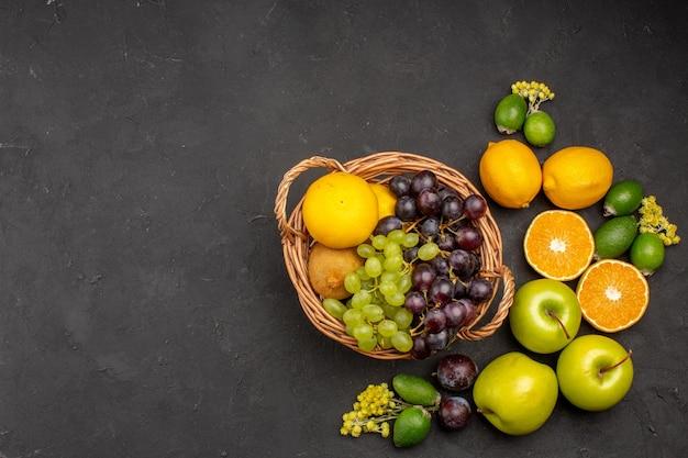 Vista superior composição de frutas frescas frutas maduras e maduras na superfície escura frutas frescas vitaminas maduras maduras