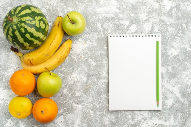 Vista superior composição de frutas frescas maçãs melancia e bananas no fundo branco frutas frescas maduras vitamina de cor madura