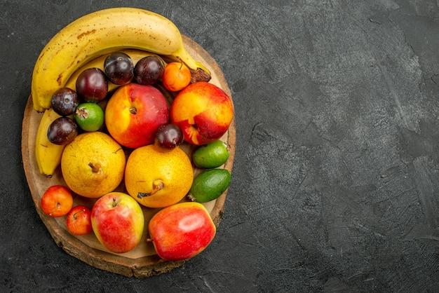 Vista superior composição de frutas frutas frescas em fundo cinza escuro