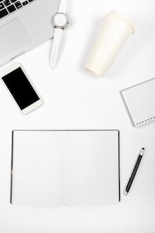 Vista superior composição minimalista na mesa de escritório