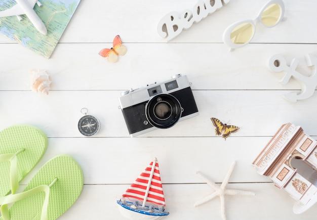 Vista superior conceito de viagens com filmes de câmera retro, mapa e roupa de viajante, essencial do turista, efeito vintage tone