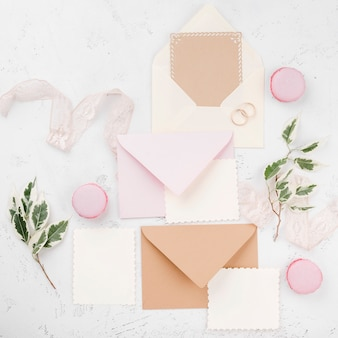 Vista superior conjunto de cartões de convite de casamento com flores
