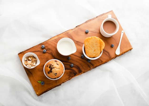 Vista superior conjunto de muffin ao lado de caneca de café