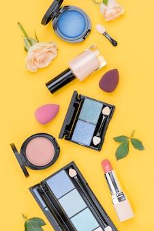 Vista superior conjunto de produtos de beleza em fundo amarelo