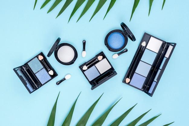 Vista superior conjunto de produtos de beleza em fundo azul