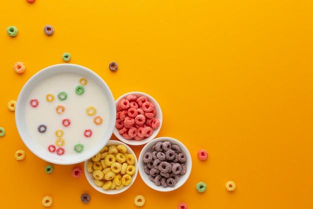 Vista superior conjunto de tigelas com leite e cereais