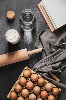 Vista superior conjunto de utensílios de cozinha