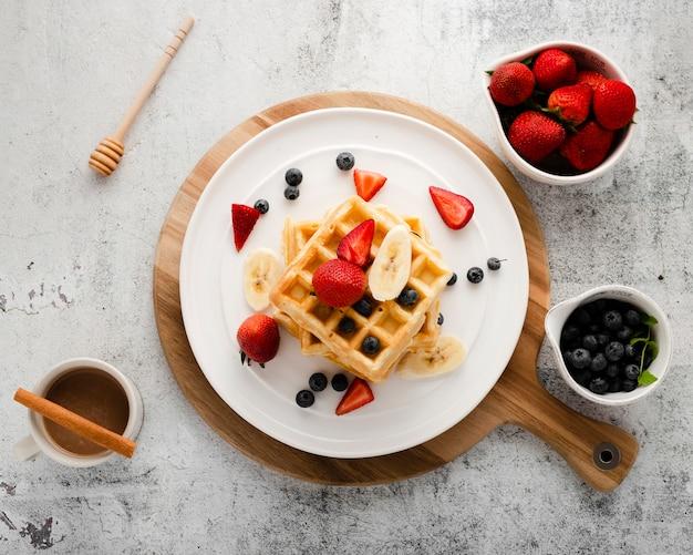 Vista superior conjunto de waffle com frutas