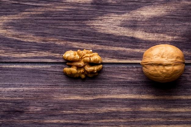 Vista superior cópia espaço inshell nozes e descascadas em uma mesa de madeira