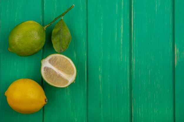 Vista superior cópia espaço lima com limão sobre fundo verde