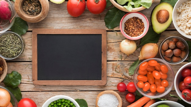 Vista superior cópia espaço lousa e legumes