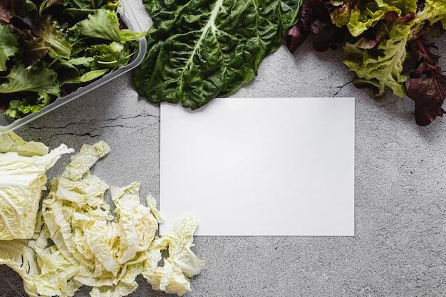 Vista superior, cópia espaço, papel e salada